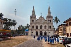 在圣克鲁斯大教堂殖民地教会附近的印地安年轻女小学生堡垒的高知 免版税库存图片