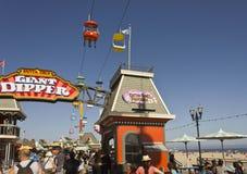 在圣克鲁斯海滩里面的驾空滑车 免版税图库摄影