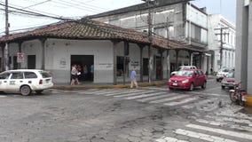 在圣克鲁斯,玻利维亚一条中央街道的汽车通行  股票录像