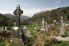 在圣凯文` s Monastary废墟在Glendalough谷,威克洛山国家公园,威克洛爱尔兰的Graveyyard 免版税库存图片