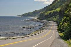 在圣劳伦斯河海岸的高速公路132在魁北克,加拿大 免版税库存照片