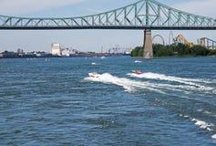 在圣劳伦斯河的速度小船 免版税库存照片