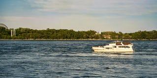 在圣劳伦斯海上航道的小船骑马 库存图片