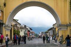 在圣卡塔利娜曲拱下,安提瓜岛,危地马拉 免版税图库摄影