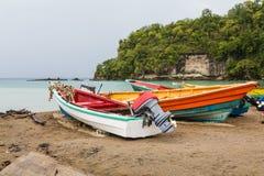 在圣卢西亚海滩的五颜六色的渔船 库存照片