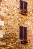 在圣吉米尼亚诺中世纪街道的被装饰的窗口  免版税库存照片