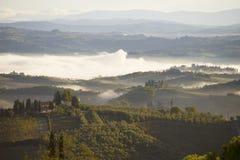 在圣吉米尼亚诺附近的一个有雾的9月早晨 托斯卡纳,意大利 免版税库存照片