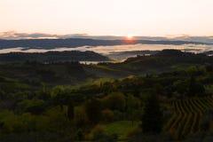 在圣吉米尼亚诺附近的日出 早晨在托斯卡纳,意大利 免版税库存图片