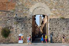 在圣吉米尼亚诺,托斯卡纳,意大利城市墙壁的门  免版税库存照片