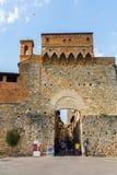 在圣吉米尼亚诺,托斯卡纳,意大利城市墙壁的门  库存图片