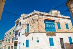 在圣在两条街道的角落的Julians马耳他的老大厦 免版税图库摄影