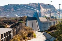 在圣地亚哥、加利福尼亚和提华纳,墨西哥之间的国境墙壁 免版税图库摄影