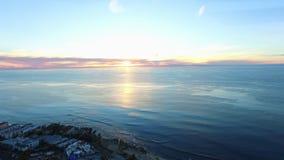 在圣地亚哥和拉霍亚小海湾上的飞行靠岸到太平洋 股票视频