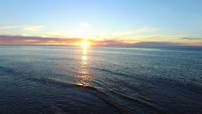 在圣地亚哥沿海水域上的红色太阳 股票视频