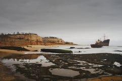 在圣地亚哥海滩船坟园的风暴日在罗安达,安哥拉 免版税库存照片