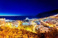 在圣地亚哥港,特内里费岛的旅游城市的夜视图 免版税库存照片