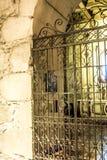 在圣地亚哥辣椒的室外室内教会祷告走道 免版税库存照片