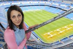 在圣地亚哥Bernabeu体育场游览中的女孩2014年9月18日的在马德里,西班牙 库存照片