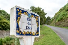 在圣地米格尔海岛上的路牌在亚速尔群岛,葡萄牙 免版税库存图片