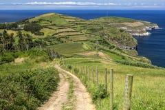 在圣地米格尔海岛和大西洋的美好的全景从Miradouro De Coroa da末多在圣地米格尔海岛,亚速尔群岛, P 免版税库存照片