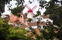 在圣地米格尔海岛,亚速尔群岛群岛海岸的Pico Vermelho风车在属于葡萄牙的大西洋 图库摄影