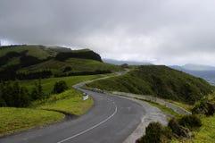 在圣地米格尔的小山,亚速尔群岛之中的路 图库摄影