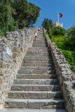 在圣地豪尔赫城堡的长的台阶在里斯本,葡萄牙 免版税库存照片