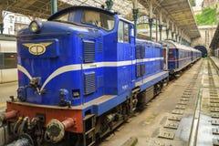 在圣地Bento火车站的老葡萄酒火车在波尔图 库存图片