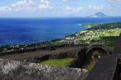 在圣基茨希尔和圣尤斯特歇斯海岛的一个看法有硫磺小山在前景的堡垒设防的在一明亮晴朗 免版税库存照片