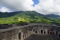 在圣基茨希尔小山的一个看法与硫磺小山在前景的堡垒设防在一个明亮的晴天 库存图片