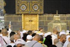 在圣堂前面的回教香客在沙特阿拉伯社论的麦加的 免版税库存照片