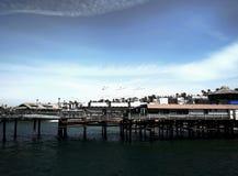 在圣塔蒙尼卡海滩的木大厦 库存照片