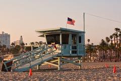 在圣塔蒙尼卡海滩,加利福尼亚的救生员塔 美国状态团结了 库存图片