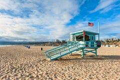 在圣塔蒙尼卡海滩加利福尼亚的救生员小屋 免版税库存图片