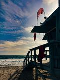 在圣塔蒙尼卡海滩洛杉矶的救生员棚子 库存照片
