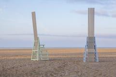 在圣塔蒙尼卡海滩的五颜六色的木椅子 免版税库存照片