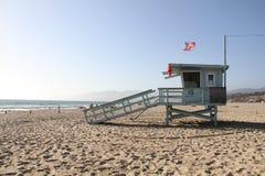 在圣塔蒙尼卡海滩的救护设备小屋 免版税库存照片