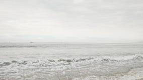 在圣塔蒙尼卡的小波浪在多云11月天靠岸 库存照片