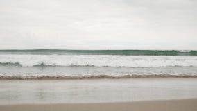 在圣塔蒙尼卡的小波浪在多云11月天靠岸 免版税库存照片