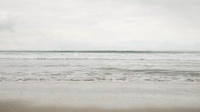 在圣塔蒙尼卡的小波浪在多云11月天靠岸 免版税库存图片