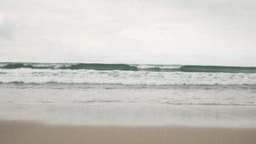 在圣塔蒙尼卡的小波浪在多云11月天靠岸 图库摄影