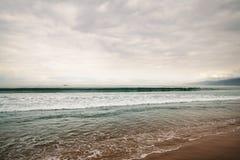 在圣塔蒙尼卡的海浪在多云11月天靠岸 免版税库存照片