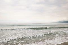 在圣塔蒙尼卡的海浪在多云11月天靠岸 免版税图库摄影
