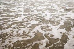 在圣塔蒙尼卡的海浪在多云11月天靠岸 库存图片