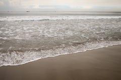 在圣塔蒙尼卡的海浪在多云11月天靠岸 库存照片