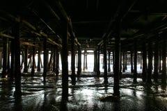 在圣塔蒙尼卡码头下 免版税图库摄影