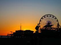 在圣塔蒙尼卡码头后的日落 库存照片