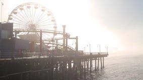 在圣塔蒙尼卡码头的雾,路线66,洛杉矶(城市)的末端 股票视频