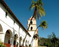 在圣塔巴巴拉使命大厦前面的棕榈树 图库摄影