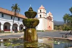 在圣塔巴巴拉使命的喷泉 免版税库存照片